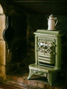 暖炉に置いたストーブ