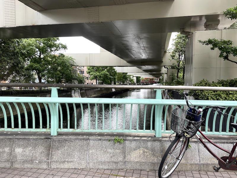 ユカと母の乗ったタクシーが故障した三吉橋